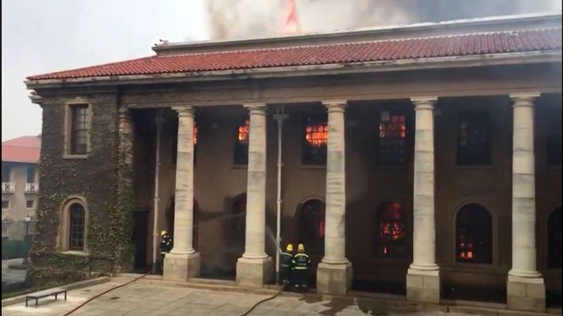 Shořelé památky, zničené sbírky. Kapské Město zachvátil požár