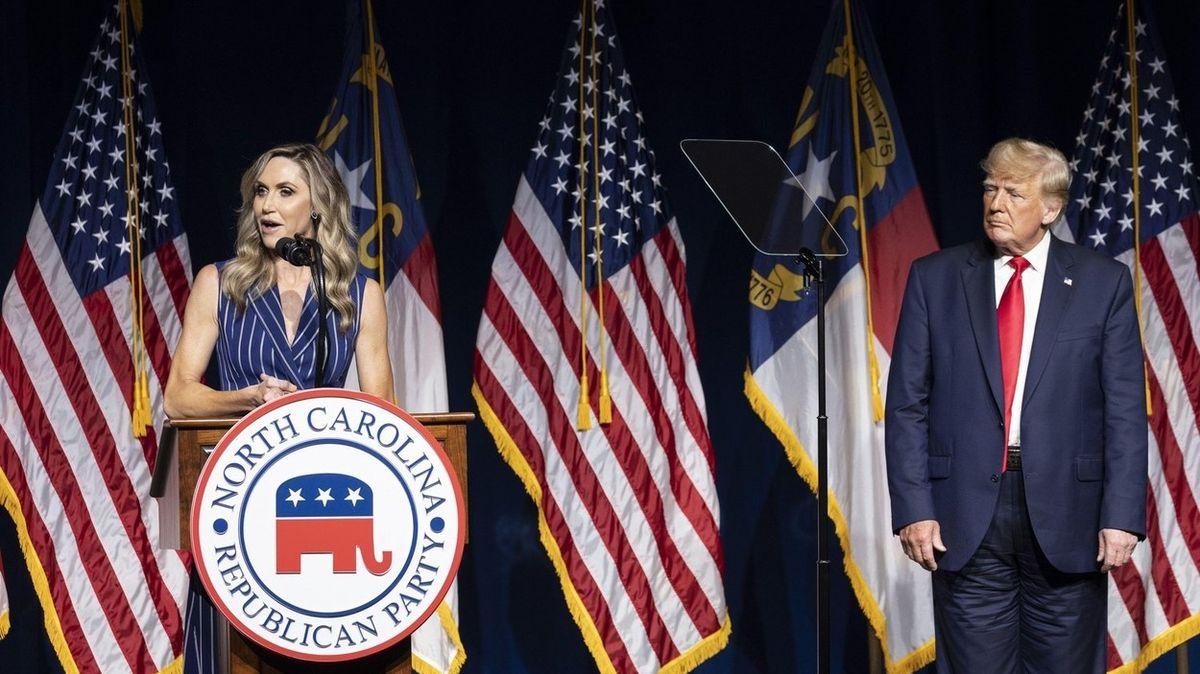 Nosí Trump kalhoty obráceně? Internet si utahuje z nezvyklého střihu