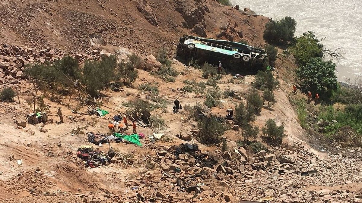 V Peru se zřítil autobus do 200 metrů hluboké strže, nejméně 17 mrtvých