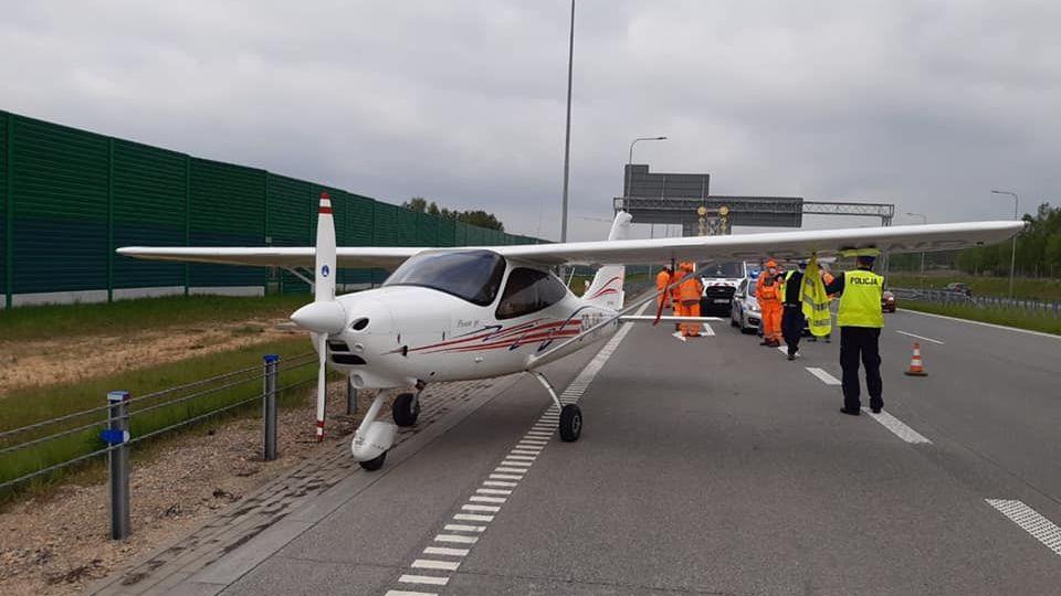 Na polské dálnici nouzově přistálo letadlo