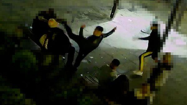 Mladík jedním kopem srazil muže z lavičky. S partou pak odešel