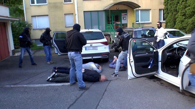 Padělání bankovek eura ve velkém, policie zadržela v Praze čtyři lidi