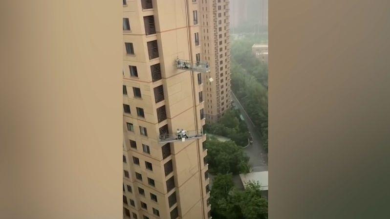Jako list ve větru. Umývači oken si v Číně zažili při bouři chvíle hrůzy
