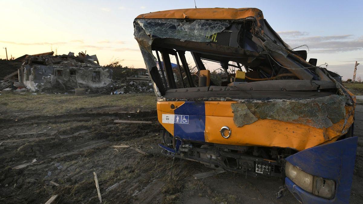 Školačku z autobusu, který smetlo tornádo, pustili z nemocnice