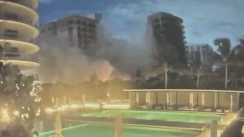 Bezpečnostní kamera zachytila pád 12patrové obytné budovy na Floridě