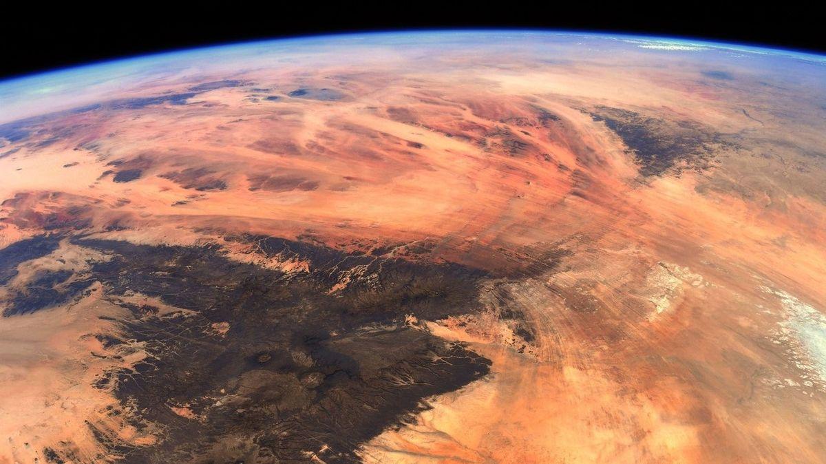 Astronaut vyfotil unikátní snímky pouště z oběžné dráhy