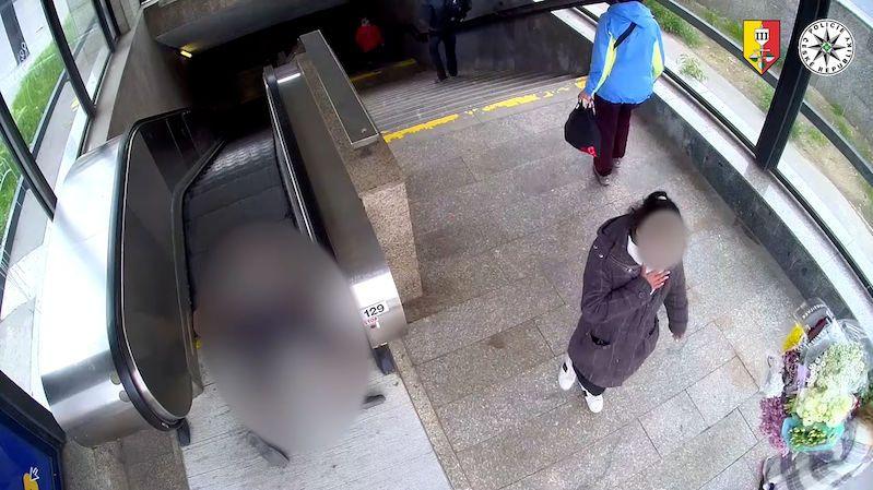 Policie jde po lidech, kteří nepomohli seniorovi, ten v Praze upadl na eskalátorech