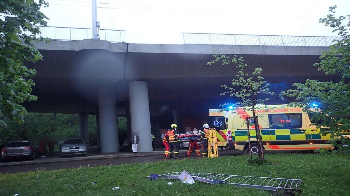 Poblíž centra Ostravy spadlo po srážce auto z mostu