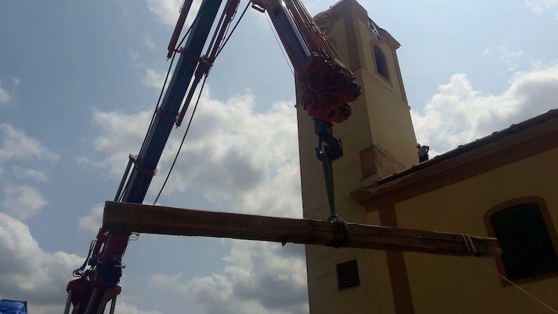 Z trámů zničené střechy po tornádu bude kříž pro návštěvu papeže