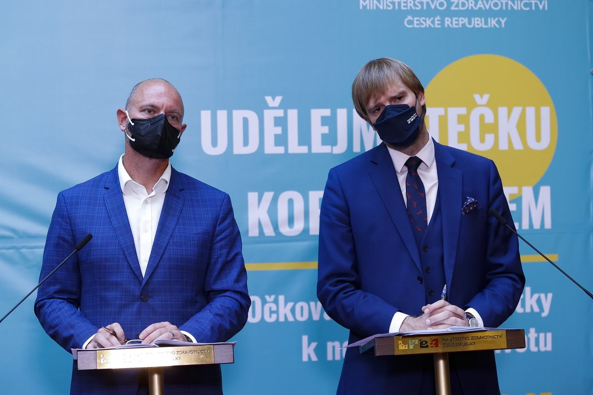 Ministr zdravotnictví Adam Vojtěch (vpravo) a ministr školství Robert Plaga
