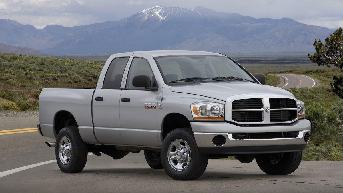 Hrdinský pick-up utáhl kamion se dvěma plnými návěsy. Uvolnil křižovatku