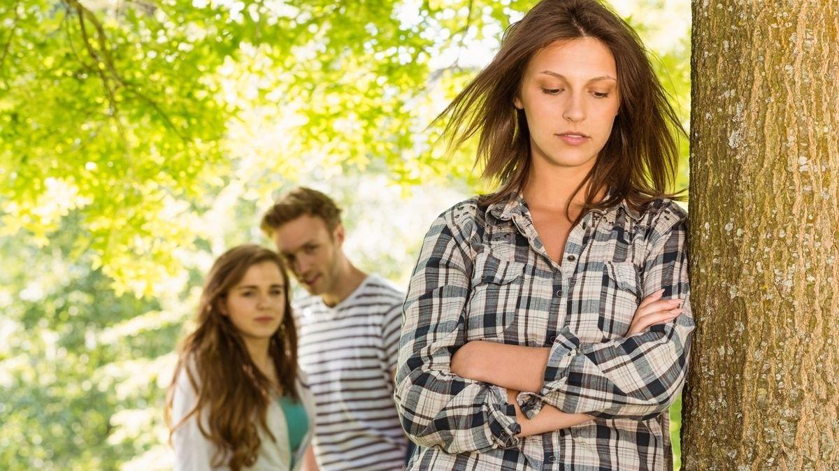 Co dělat, když nemůžete vystát přátele partnera