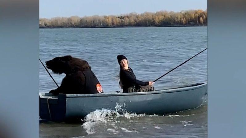 Ruska zachránila medvěda, chodí spolu na ryby