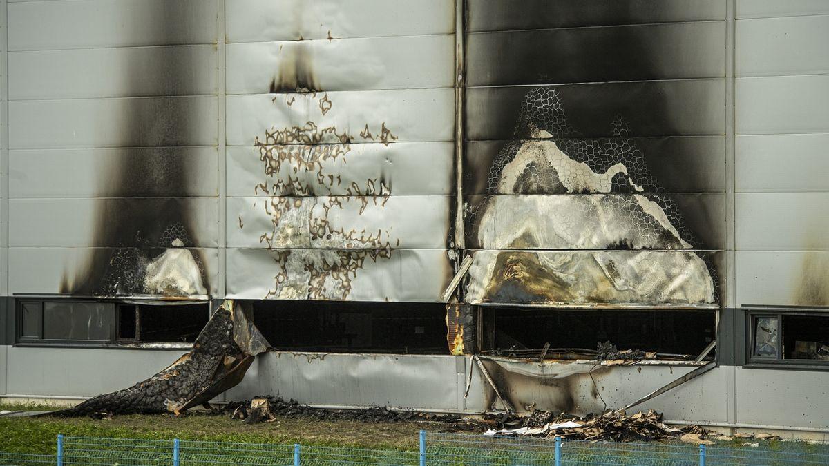 Hasiči v Jablonci nad Nisou likvidovali v noci požár průmyslové haly