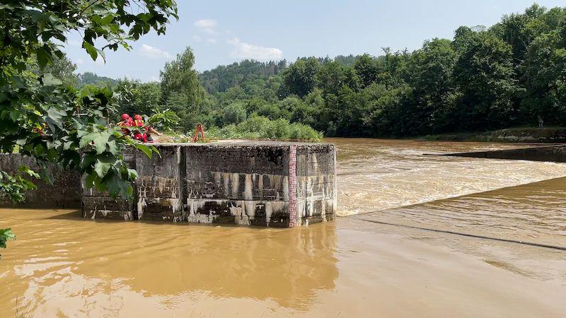 Policie vyšetřuje převrácení raftu, při kterém zemřeli dva vodáci