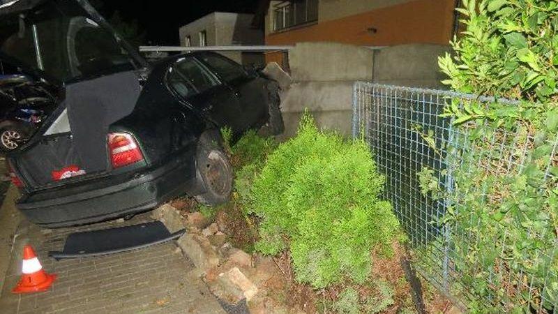 Octavia přeplněná opilou mládeží nabourala jiné auto, ploty a skončila ve dřevníku