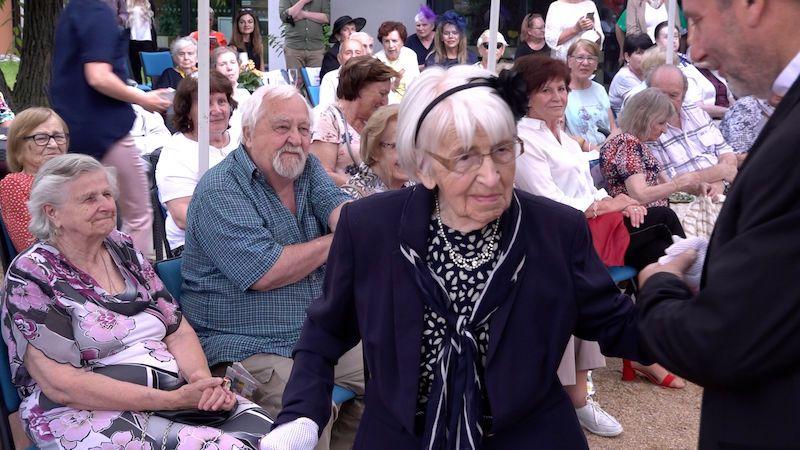 V 97 letech poprvé na přehlídkovém mole. Recept na vitalitu je prý pohyb a práce