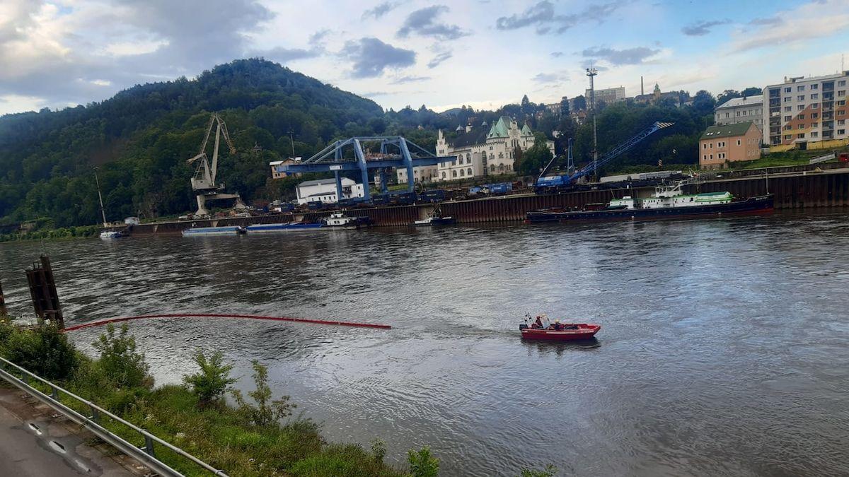 Do řek na Ústecku unikla neznámá látka, zasahují tam hasiči