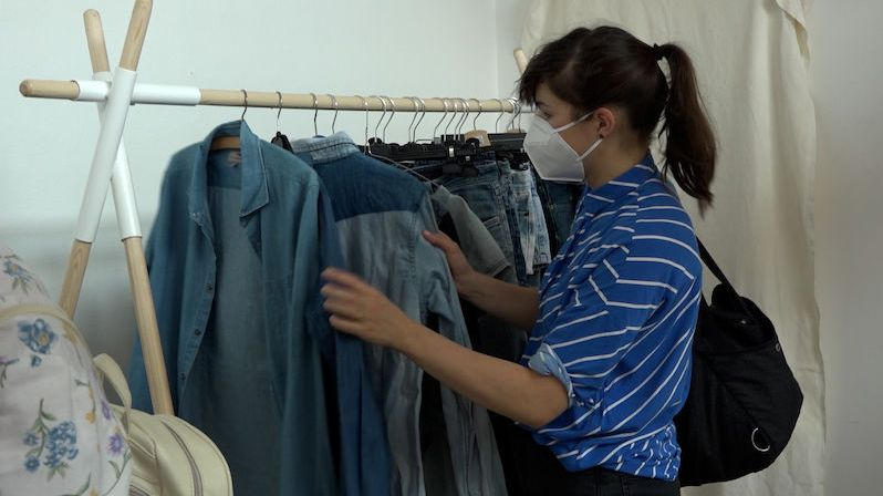 Šaty za kalhoty a naopak. V Pražské tržnici vznikl první udržitelný obchoďák, kde se platí výměnou