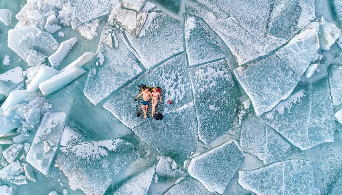 Plážová sezóna (Kazachstán) - Finalista kategorie Lidé. Fotka vznikla v únoru 2021 na Kapčagajské přehradě. Teplota se tehdy pohybovala kolem 10 stupňů pod nulou. Na tamní poměry byla nezvykle vysoko.