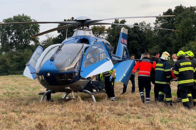 Muže s popáleninami rukou a nohou dopravil do nemocnice záchranářský vrtulník.