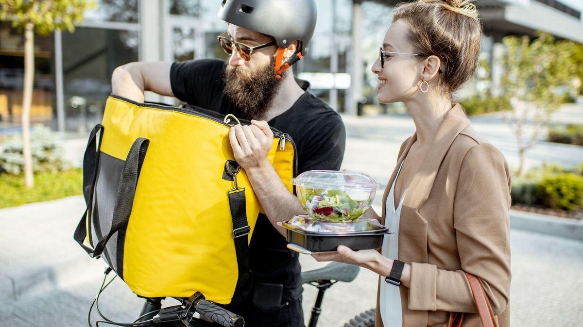 Lidé se na obědy do restaurací vrací pomalu. Frčí ale rozvážka