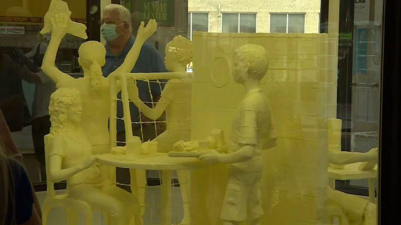 Sousoší z másla oslavující konec pandemie váží téměř 400 kilo