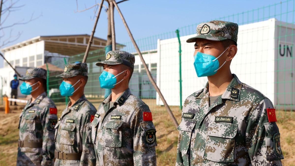 Čínská armáda využila pandemie. Tváří se vlídně, aby posílila vliv Pekingu