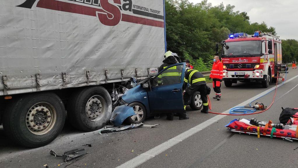 Řidička vletěla u Malacek pod kamion, zemřel s ní i 15letý chlapec