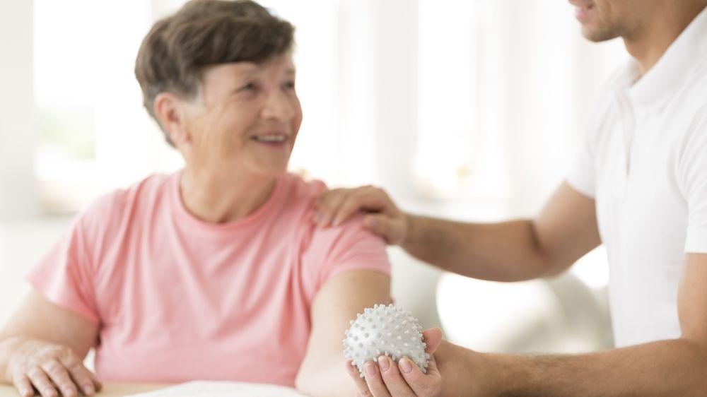 Po mrtvici je lepší začít rehabilitovat až 2-3 měsíce po atace, tvrdí studie