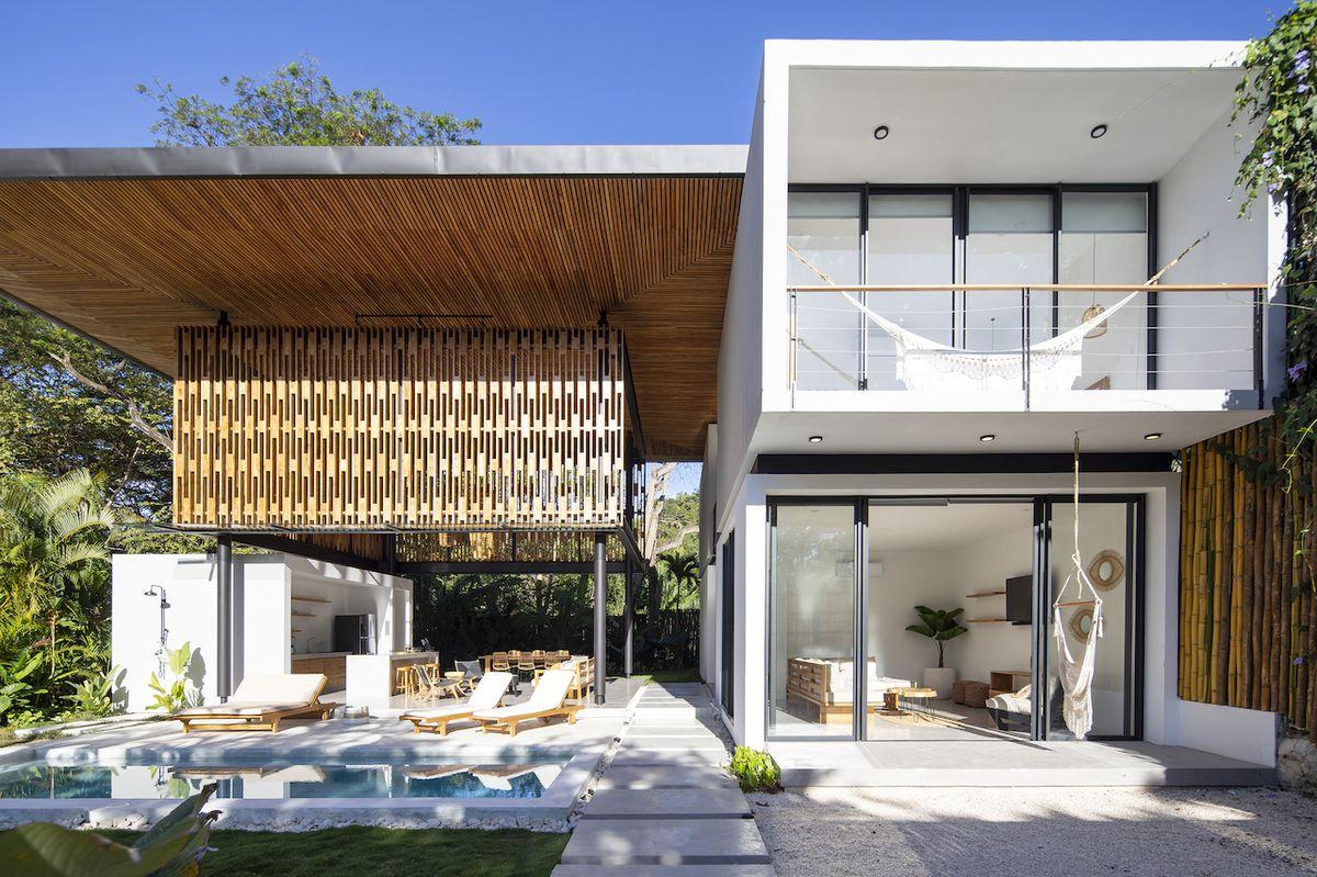 Společenskou zónu domu nazvaného Naia Two (Naia Dvě) tvoří v podstatě zastřešená terasa.