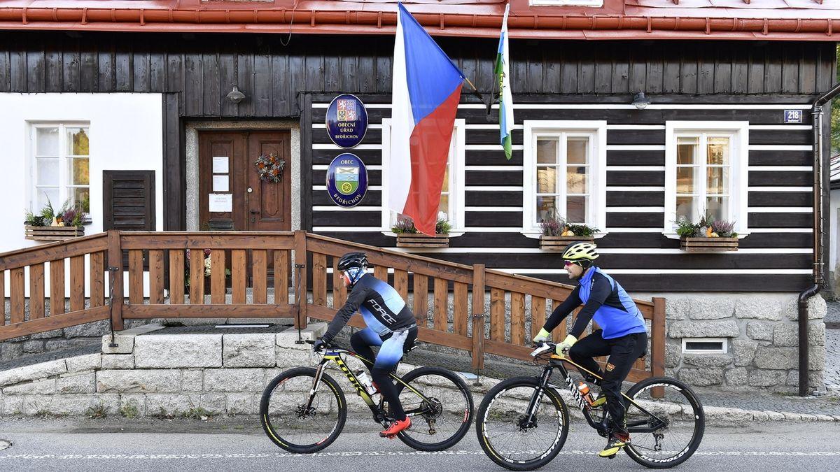 Volební místnost v horském středisku Bedřichov na Jablonecku.