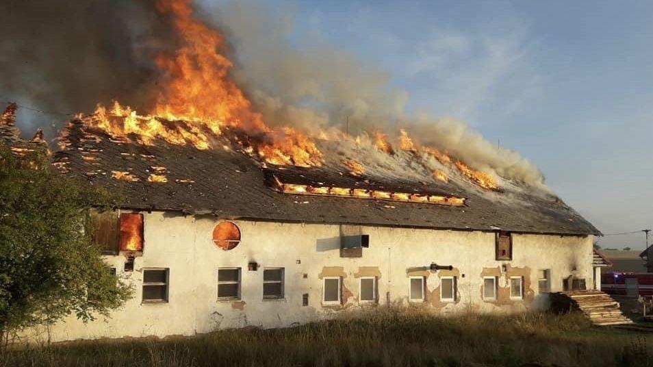 Na Plzeňsku hořela výrobna dřevěných briket. Hasit muselo 15 jednotek