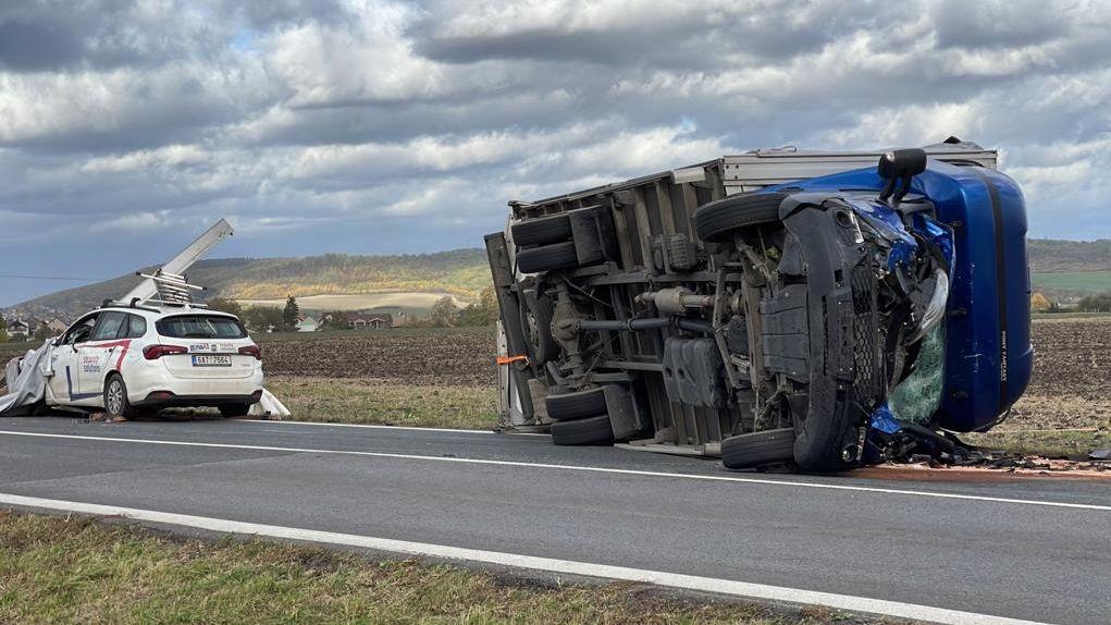 Vítr převrátil na Mladoboleslavsku nákladní auto, dva zranění