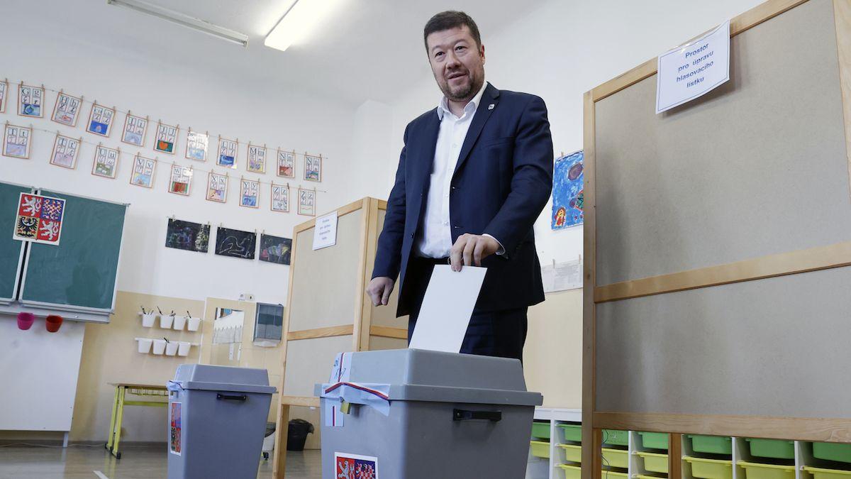 Předseda SPD Tomio Okamura odevzdal svůj hlas ve sněmovních volbách v ZŠ Cesta k úspěchu v Praze.
