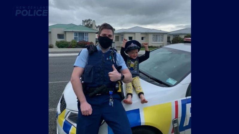 Čtyřletý chlapec volal na tísňovou linku, aby si policisté přijeli prohlídnout hračky