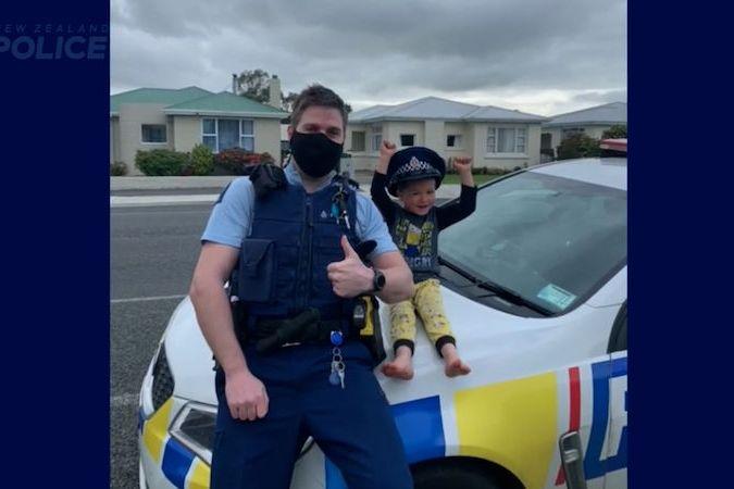 Novozélandský policista se přijel podívat na chlapcovy hračky