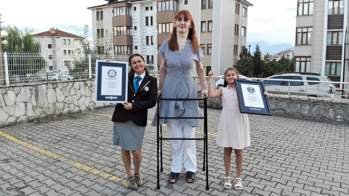 Nejvyšší žena světa žije v Turecku, měří 215 centimetrů
