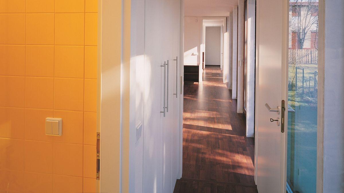 Ve vile je dostatek denního světla.