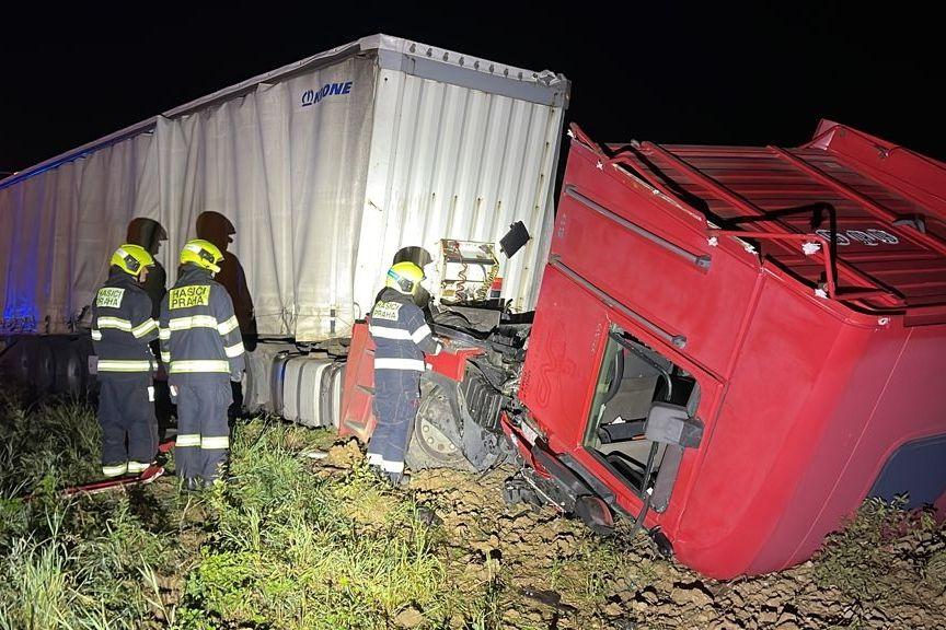 Řidič při nehodě zničil kamion