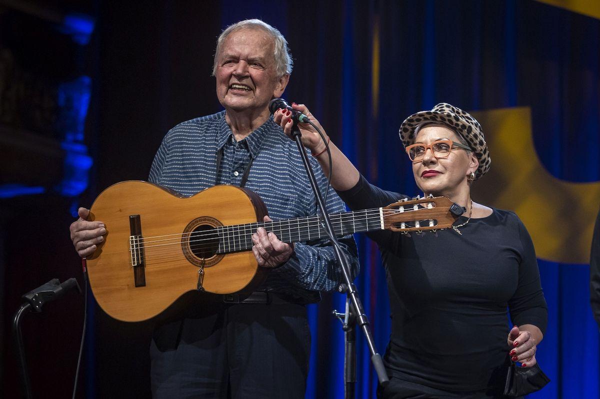 Jiří Tichota se v přídavku podivil, že mu mikrofon nastavuje taková hvězda, jako je Dagmar Pecková.