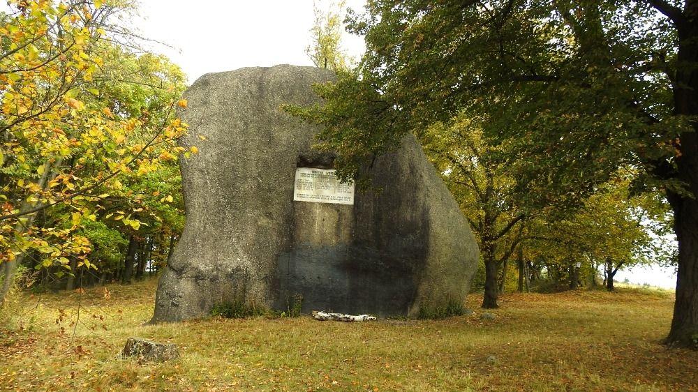 Mohutného žulového Slouhu nad Přišimasy prý v kámen zaklela zlostná selka
