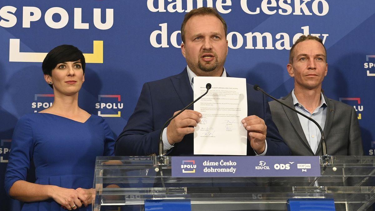 Předseda KDU-ČSL Marian Jurečka (uprostřed), předsedkyně TOP 09 Markéta Pekarová Adamová (vlevo) a předseda Pirátů Ivan Bartoš.