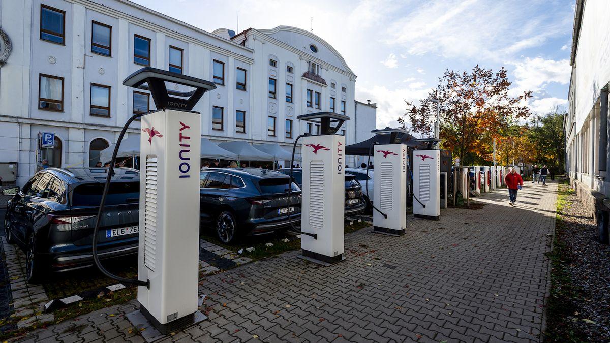 V Lovosicích zprovoznili největší českou nabíjecí stanici pro elektromobily