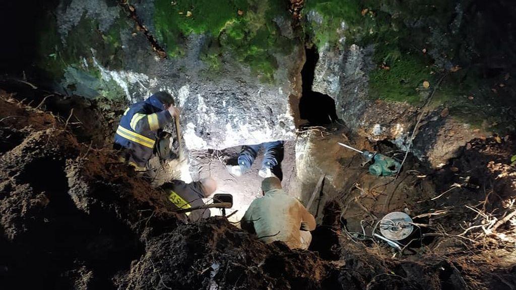 Hasičům se podařilo po devíti hodinách zachránit psa v Jizerských horách.