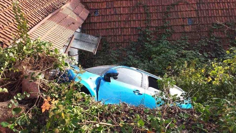 Řidič se s autem zřítil do zahrady na Pardubicku, svědek pomohl žebříkem