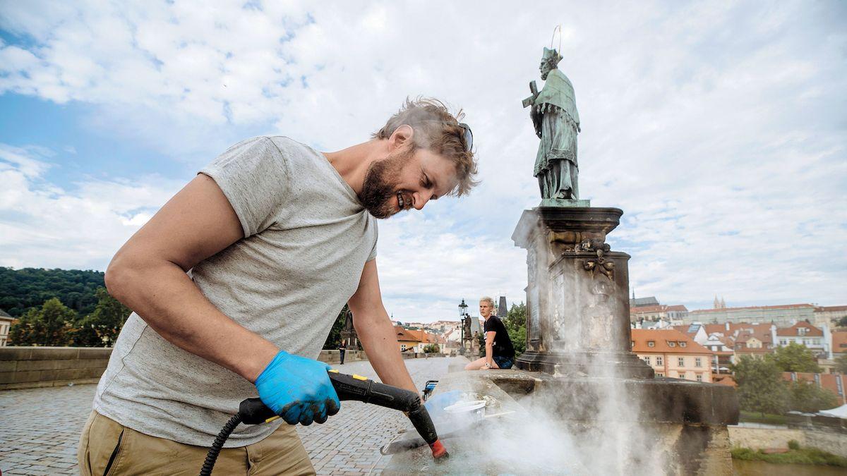 Restaurátor Karlova mostu musí umět zlikvidovat i díla vandalů