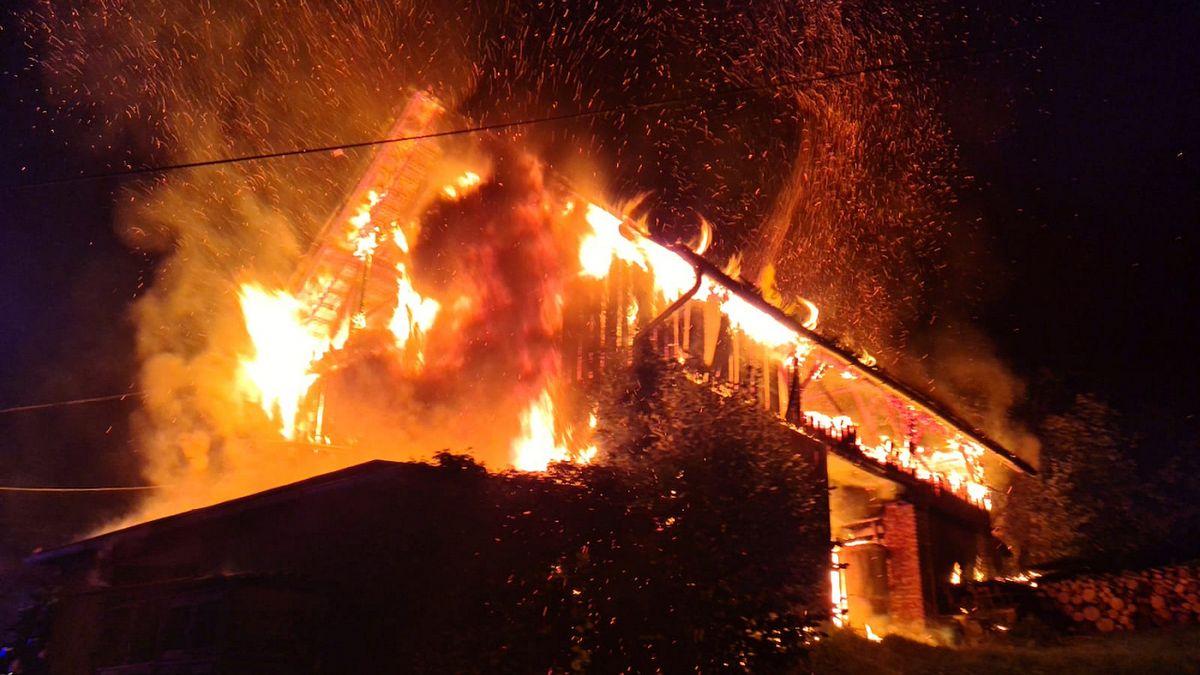 Požár stodoly ohrozil přilehlý dům na Semilsku, škoda za 600 tisíc korun