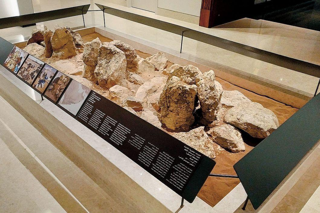 Expozice trilitů Národního muzea v Maskatu