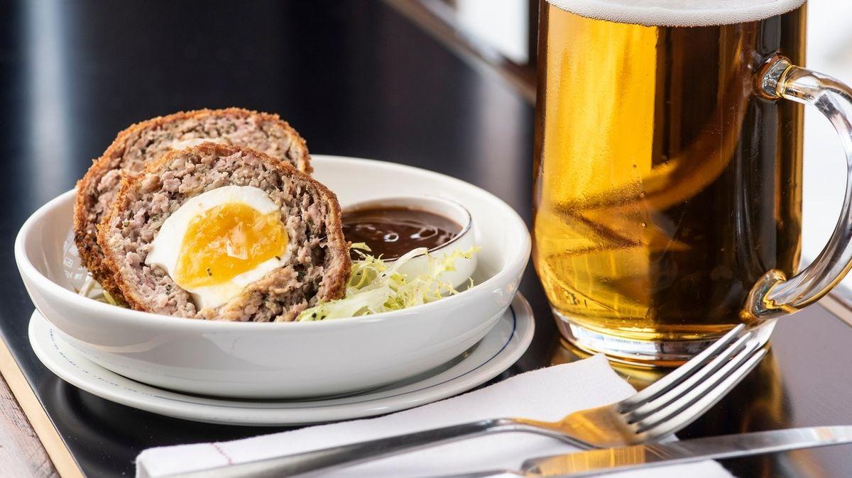 V Anglii prudce narostla spotřeba tradičního pokrmu. Je totiž povolenkou k popíjení